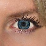 Elegance blue v detailu na původní barvě očí modré