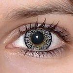 Elegance grey v detailu na původní barvě očí hnědo-zelené