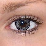 Elegance grey v detailu na původní barvě očí hnědé