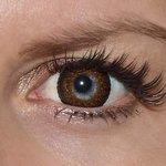 Eyelush brown v detailu na původní barvě očí modré