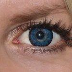 Glamour blue v detailu na původní barvě očí modré
